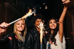 Jovens que têm o divertimento com chuveirinhos fora fotos de stock royalty free