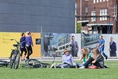 Jovens que têm o divertimento que conversa no quadrado do museu, Amsterdão, Países Baixos Imagens de Stock