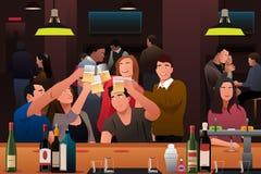 Jovens que têm o divertimento em uma barra Foto de Stock Royalty Free