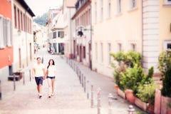 Jovens que têm um bom dia para fora na cidade Imagem de Stock Royalty Free