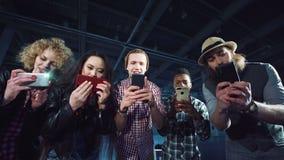 Jovens que tomam fotos estouradas vídeos de arquivo