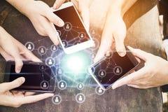 Jovens que usam o telefone esperto que compartilha com a rede digital da conexão imagens de stock