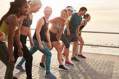 Jovens saudáveis que correm junto na cidade Foto de Stock Royalty Free