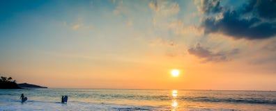 Jovens senhoras que apreciam um por do sol tropical bonito Imagens de Stock Royalty Free