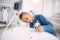Joviaal jongen blogger het aantonen stuk speelgoed royalty-vrije stock afbeelding