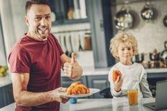 Joviaal vrolijk mensengevoel trots van croissant stock foto's
