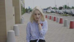 Jow ha caduto la giovane donna di affari con l'espressione sgomento sul suo fronte che ha reazione scioccante in pubblico - video d archivio