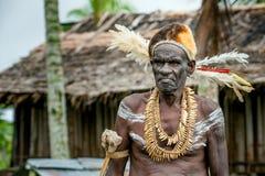 JOW V Asmats avec une peinture traditionnelle sur un visage, le chapeau du cuscus et les plumes de cacatoès J Photographie stock