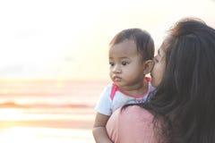 Joy Mom e bambino nel parco immagini stock libere da diritti