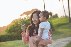 Joy Mom e bambino nel parco fotografie stock libere da diritti
