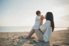 Joy Mom e bambino nel tramonto fotografie stock