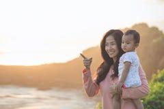 Joy Mom e bebê no parque imagem de stock