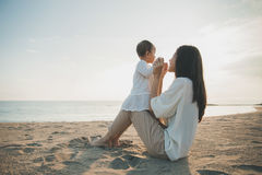 Joy Mom e bebê no por do sol fotos de stock