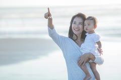 Joy Mom e bebê no por do sol fotos de stock royalty free