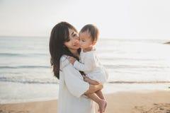 Joy Mom e bebê no por do sol imagem de stock