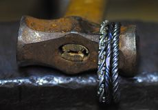 joya forjada original adornada con un martillo imagen de archivo