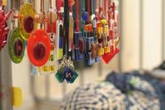 Joyas coloridas en venta, Puglia, Italia del arte imagenes de archivo