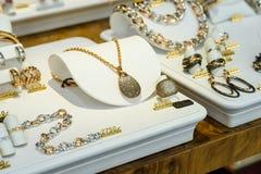 Joyas de lujo de la mujer para la venta en la exhibición de la ventana de la tienda imágenes de archivo libres de regalías