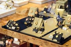 Joyas de lujo de la mujer para la venta en la exhibición de la ventana de la tienda fotografía de archivo libre de regalías