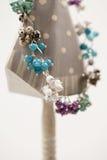 Joyas de plata con las piedras preciosas coloridas imagen de archivo