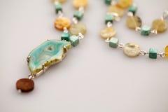 Joyas de plata con las piedras preciosas coloridas imagenes de archivo