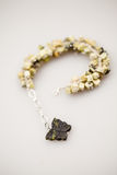 Joyas de plata con las piedras preciosas coloridas fotos de archivo