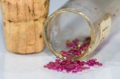 Joyas del casquillo que desbordan el frasco tapado con corcho fotografía de archivo libre de regalías