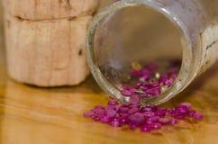 Joyas del casquillo que desbordan el frasco tapado con corcho foto de archivo