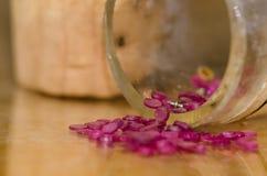 Joyas del casquillo que desbordan el frasco tapado con corcho imagen de archivo libre de regalías