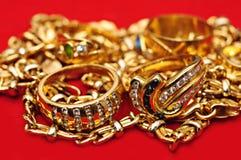 Joyas del oro en rojo Imagen de archivo libre de regalías