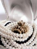 Joyas naturales - Perals y anillo Imagen de archivo libre de regalías