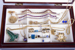 Joyas y encadenamientos en rectángulo de joyería fotografía de archivo libre de regalías