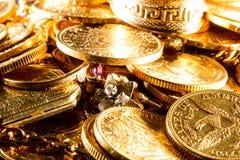Joyas y monedas de oro Foto de archivo libre de regalías