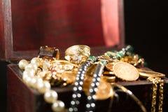 Joyas y monedas de oro Imágenes de archivo libres de regalías