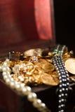 Joyas y monedas de oro imagenes de archivo