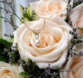Joyas y rosas Imagenes de archivo
