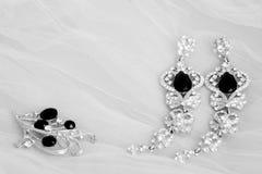Joyería blanca y negra de la boda: pendientes y broche Fotos de archivo
