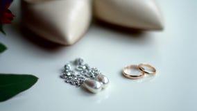 Joyería con las perlas y el oro en un fondo blanco almacen de video