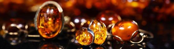 Joyería con las piedras ambarinas, el anillo ambarino del collar y el pendiente imagenes de archivo