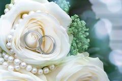 Joyería de la boda y rosas blancas Imágenes de archivo libres de regalías