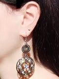 Joyería de los pendientes con los cristales brillantes en oído Fotografía de archivo