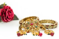 Joyería de oro con Rose y la piedra roja imagen de archivo