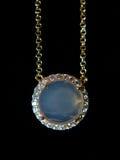 Joyería de oro de las piedras azules del collar en un fondo negro Fotografía de archivo