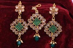 Joyería de oro - pendientes del diseñador de la suposición para la moda de la mujer con el accesorio principal foto de archivo