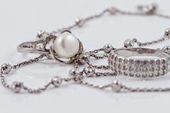 Joyería de plata: anillo, pendientes y cadena Foto de archivo