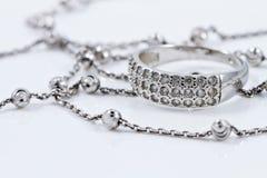 Joyería de plata: anillo, pendientes y cadena Fotografía de archivo libre de regalías