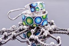 Joyería de plata con la cadena coloreada del esmalte y de la plata Imagen de archivo