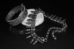 Joyería de plata con la piedra en fondo negro Foto de archivo libre de regalías