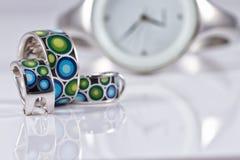 Joyería de plata con las perlas y los relojes de las mujeres elegantes Fotografía de archivo