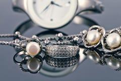 Joyería de plata con las perlas y los relojes de las mujeres elegantes Imagenes de archivo